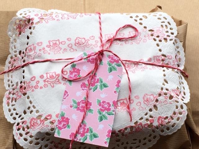 pacco regalo con centrini di carta (640x480)