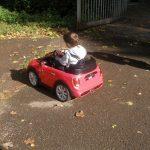 Alla guida come papà, tra semafori  e segnali… macchina elettrica formato baby, che passione!