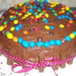 Torta di compleanno decorata con togo e smarties