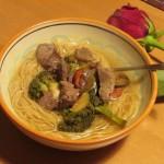 Zuppa di noodles con carne e verdure